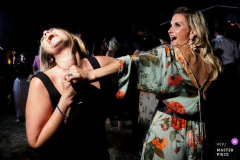 Chateau du Pin - Dance Floor Party! - Photographie de mariage d'invités dansant à la réception