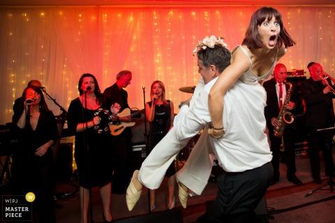 Hensol Castle Hochzeitsfeier Fotografie von Dancing mit der Band hinter ihnen