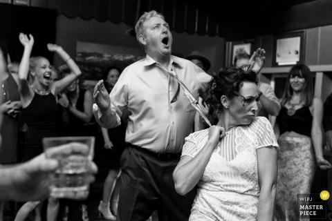 Cottonwood Hilltop Lodge, Truckee, Californie - Une photographie de mariage montrant la danse père-dauther devient impertinente.