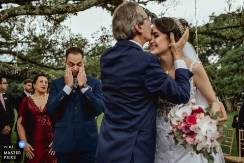 Le marié ravi de voir le père de la mariée l'embrasser lors de la cérémonie - Alto da Capela