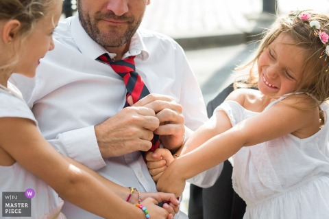 Île-de-France Receptie locatie fotografie op de bruiloft - Kinderen spelen met een stropdas