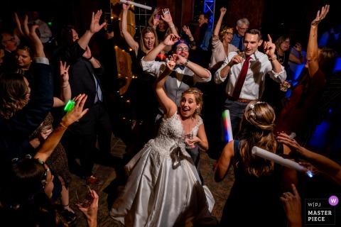 Photographie de mariage en Virginie à Bluemont Vineyard | La mariée est entourée de ses amis sur la piste de danse.