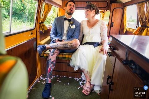 Fotos de casamento na Alemanha Em um carro velho | Noivo cantando durante o passeio até o local da recepção