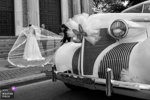 Hochzeitsfoto von der Kirche Notre Dame de Guadelupe in Montreal - die Braut und ihr Vati werden zum Eingang in die Kirche fertig