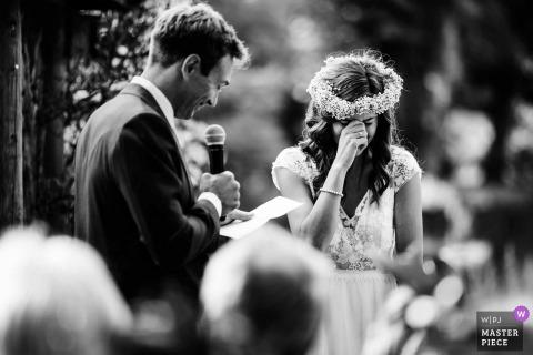 Fotografia de casamento em Chippenham Park, Reino Unido | Noiva doce chorando durante o discurso dos noivos em uma cerimônia ao ar livre no parque Chippenham