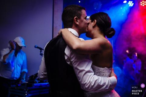 Fotografia do casamento em Aachen - noiva e noivo dançando sob luzes azuis e vermelhas