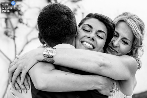 Masseria Don Luigi	Emotions - Wedding photography in black and white with hugs.
