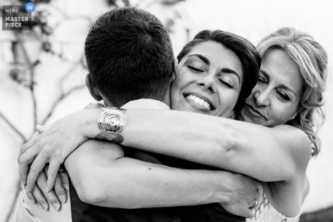 Masseria Don Luigi Emotions - fotografia de casamento em preto e branco com abraços.