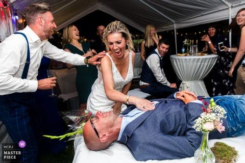 Imagens de festa de recepção de casamento Vlaams-Brabant | Noiva e noivo com o convidado se divertindo com eles
