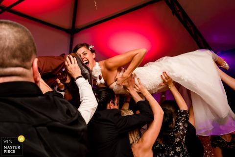 ChâteauLaForêt-新娘被扶在頭上的同時緊緊抓住自己的衣服