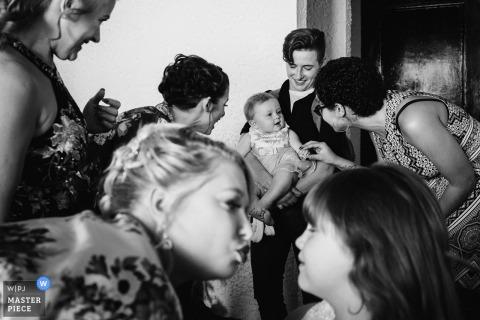Las Rocas, Rosarito, MX foto de la boda | Amor familiar durante la preparación