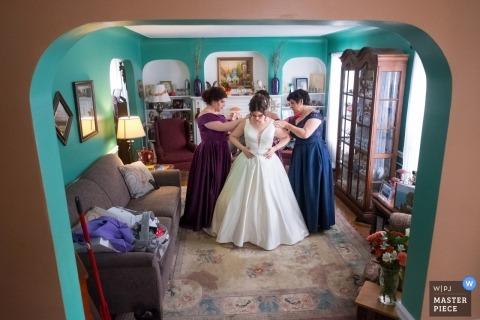 Noiva se preparando para a cerimônia em sua casa de família em Detroit, MI.