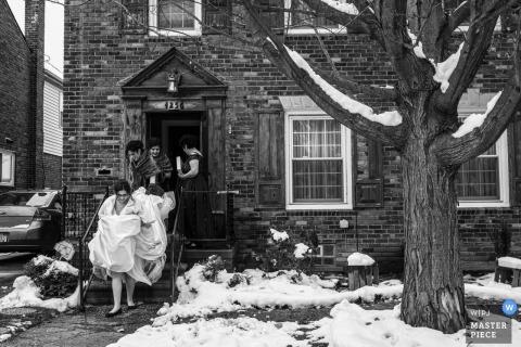 Noiva saindo para a capela em Detroit, Michigan