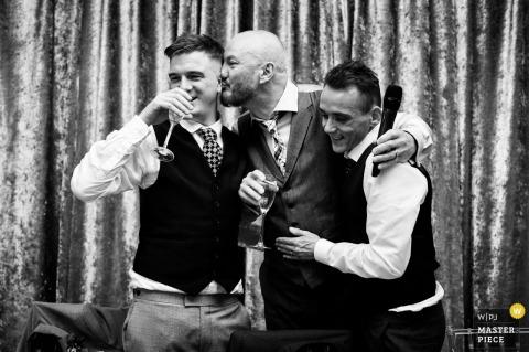 Merrydale Manor, Cheshire, Reino Unido fotógrafo de reportagem de casamento: Father of the Groom beijando seu filho