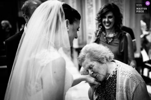 Photo de mariage de l'église du Caire Montenotte (SV) | Grand-mère embrassant la mariée après la cérémonie