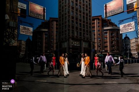 Ruas da cidade, foto de casamento em Bucareste | Noiva, noivo e alguns amigos andam da igreja até o local da recepção