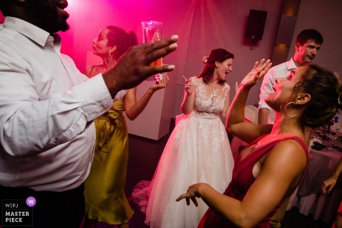 Wavre wedding photo of the bride and her guests on the dance floor.