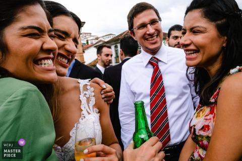 Minas Gerais Brasil Recepção Local Fotografia da noiva abraçando amigos