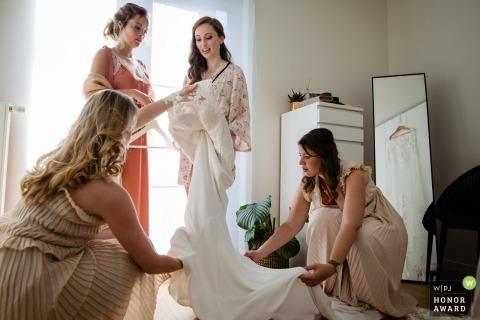 Flandern Hochzeitsfotografie - Lier Braut bekommt Hilfe in ihr Kleid