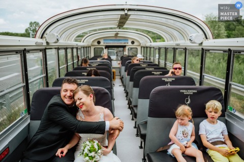 Vinska fontana Marezige no ônibus - fotografia de transporte de casamento.