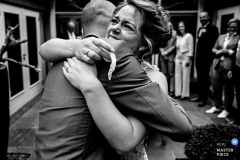 Kasteel van Maurick, fotógrafo de casamento na Holanda: o primeiro visual da noiva e do noivo. No quintal dos pais dela. Cercado por seus entes queridos.