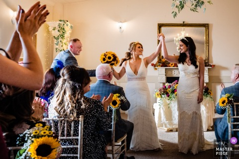 Darver Castle, Louth, Irland - Zwei Bräute feiern das Ende der Zeremonie