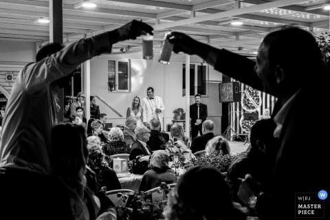 Özak Hotel, Ayvalık, fotografia ślubna Balıkesir - najlepsi mężczyźni wznoszą toast za drinki, gdy para przemawia.