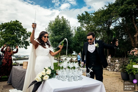 """Limerick Munster Outside na recepção de bebidas no local. Os noivos haviam despachado o engradado de copos da Austrália para a Irlanda para fazer essa """"saboria"""" com o champanhe. A noiva estava um pouco pesada e esmagada através"""