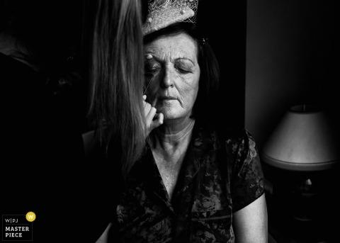 Fotógrafo de casamento de Munster: Na casa da noiva, na manhã do casamento. A mãe da noiva fazendo a maquiagem