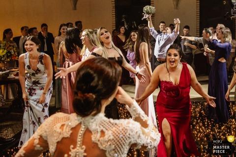 Fotografia de casamento em Casa Valduga - padrinho tomando o buquê de noiva enquanto damas de honra não entendem