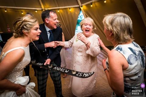 Foto de um casamento na barraca de letreiro em casa em Gartocharn Stirlingshire | Fazendo fotos através das gerações