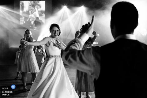Fotografia de local de casamento Domaine de Chatillon | Primeira dança com os amigos e a noiva sob luzes de DJ e nevoeiro