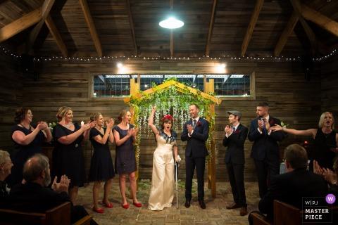 Victoria-AU Hochzeitsfotografie aus einer Scheunenzeremonie | Der Zeuge gibt bekannt, dass Braut und Bräutigam verheiratet sind