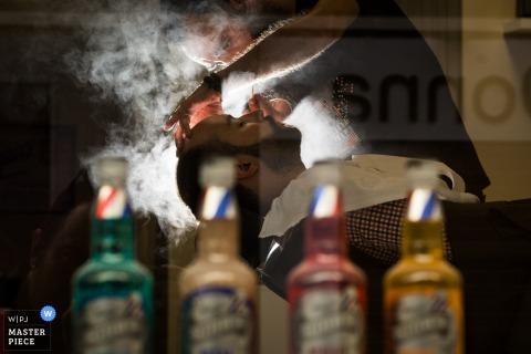 Spanien Immer bereit Bild des Bräutigams im Friseur mit Wasserdampf