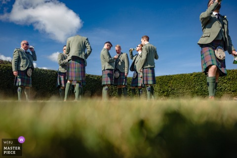 Fotografia do local da recepção de casamento em Stirlingshire na Escócia: padrinhos bebendo e juntando a botoeira antes da cerimônia