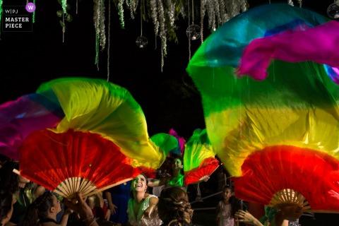 Madrid Braut tanzt mit einem farbigen Fans - Hochzeitsfotograf aus Spanien