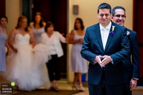 Foto de Illinois del novio antes de la ceremonia de la boda