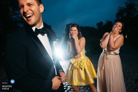 Fotografia do local da recepção de casamento em Flandres | o noivo está fazendo piadas com damas de honra 2