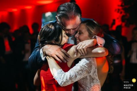 Anvers - La mariée danse avec ses parents juste après la première danse, sur la même chanson qu'ils ont dansée 24 il y a des années lorsque les parents se sont mariés lorsque la mariée était 4 - des moments émotionnels.