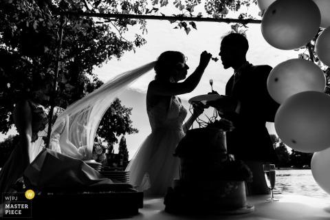 Lommerijk - Rotterdam photos de réception de mariage de la mariée et du marié mangeant un gâteau