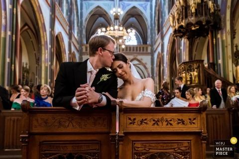 Amsterdam - Photographie de cérémonie de mariage Krijtbergkerk | un baiser dans l'église