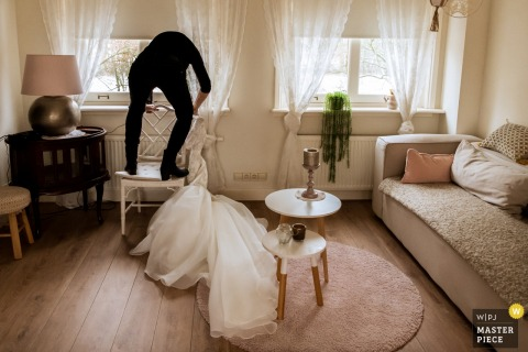 Ślubne zdjęcia Bunnika przedstawiające suknię matki panny młodej - Przygotowanie fotografii