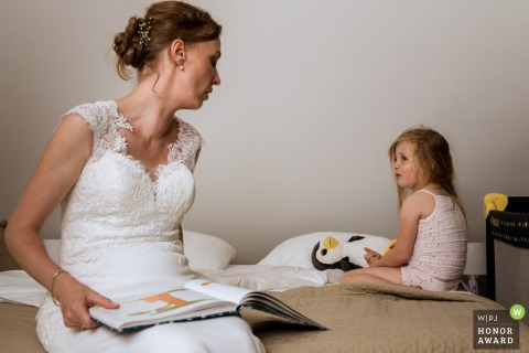 Brabant wedding photographer: sleeping time for the daugther of the bride