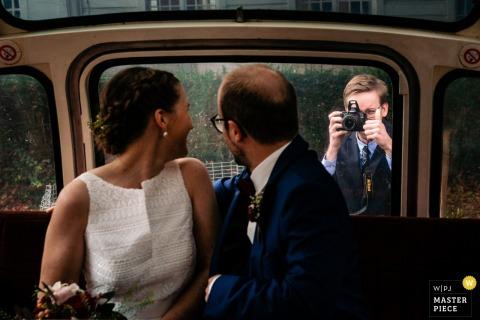 Fotografia de casamento em Flandres | O sobrinho da noiva, que é um fanático por fotografia, captura uma última foto do casal antes de partir para a recepção e dá um sinal de positivo. Observe o flash pop-up!
