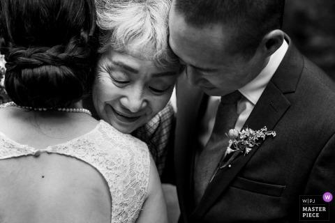 Foto do casamento de Sanborn County Park - os noivos cumprimentam a avó após a cerimônia.