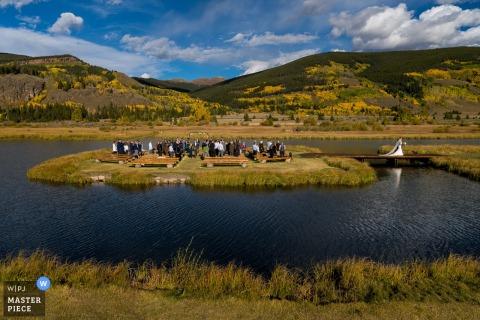 Camp Hale CO Cérémonie de sortie des mariés - Photographie de mariage en plein air dans la nature
