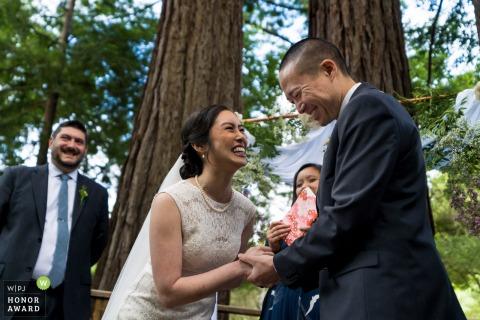 Foto del lugar de la boda al aire libre del parque del condado de Sanborn: novios riéndose durante la ceremonia