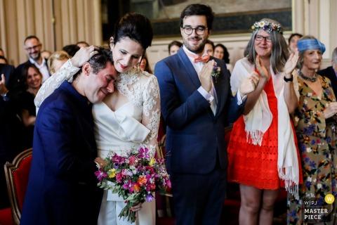 """Local da cerimônia de casamento - França - Foto mostrando grande emoção após o """"SIM!"""""""