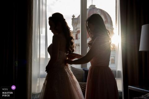 Hotel em San Francisco se preparando para fotografar antes do casamento | Dama de honra, ajudando a noiva apertar o vestido