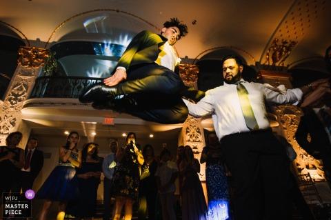 Mayflower Hotel, Washington, DC Fotógrafo de casamento: a dança grega especial de Bestman dando o salto mais alto
